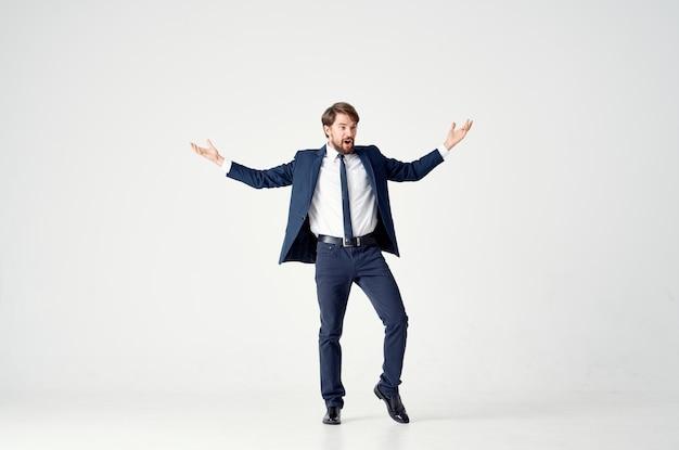 ジャケットとネクタイのポーズをとるエグゼクティブオフィススタジオの男。高品質の写真