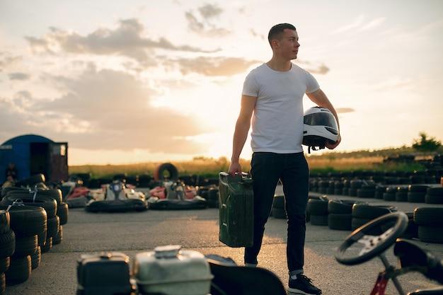 Человек в картинге с автомобилем