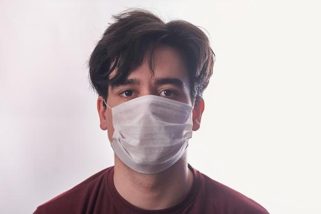 医療マスクの男は肖像画を閉じます。健康管理。 covid-19コロナウイルスの症状