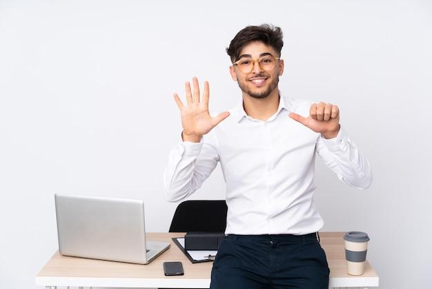 指で6を数える白で隔離のオフィスの男