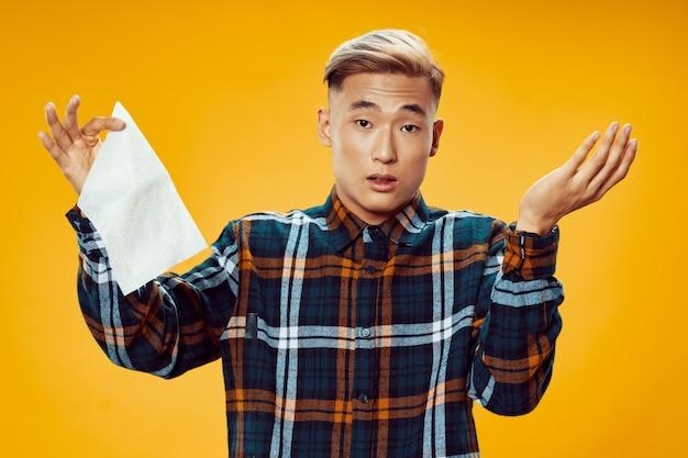Мужчина в клетчатой рубашке с салфеткой в руке разводит руки в стороны