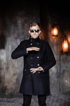 レインコートとサングラスをかけた男が手をつないでいるかのように