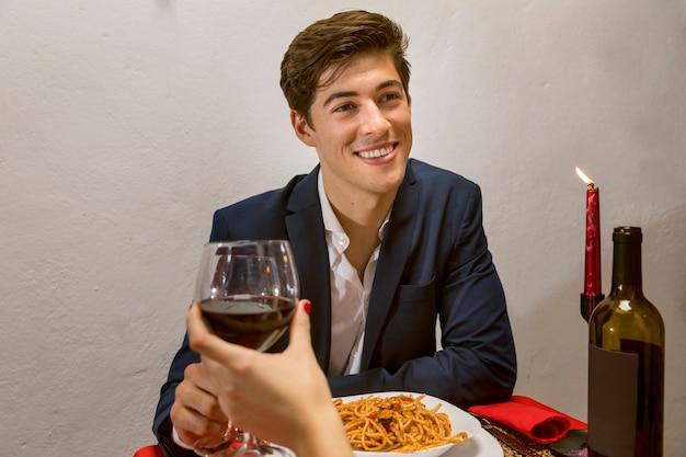 와인을 홀 짝 낭만적 인 저녁 식사에 남자
