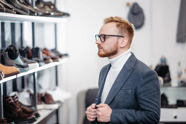 신발 가게에서 신발을 사는 남자
