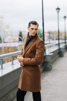 Мужчина в стильном костюме. бизнесмен в осеннем городе, мода