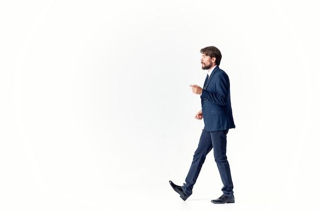 スーツの男は成功した明るい背景を感情します