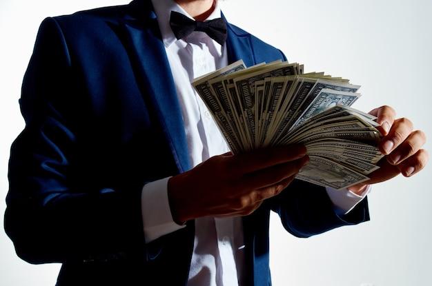 Человек в костюме инвестиций экономики студии эмоций