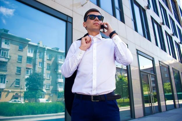 ビジネスセンターの背景にスーツを着た男