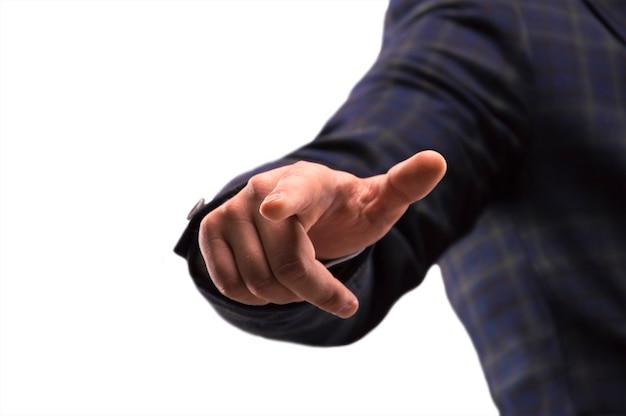 スーツを着た男がディスプレイの指を押す