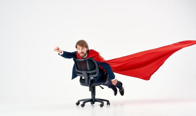 スーツを着た男赤いレインコートオフィスチェアマネージャー