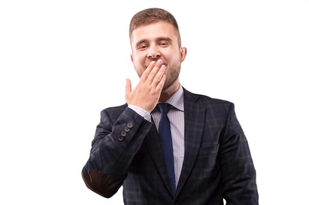 Мужчина в костюме устал и зевает