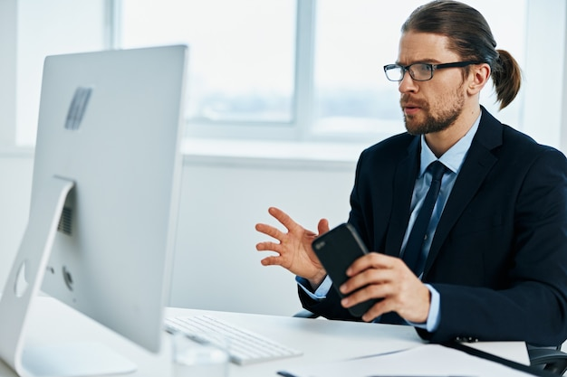 コンピューターの前でスーツを着た男がライフスタイルを記録
