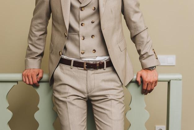 3ピースのスーツを着た男
