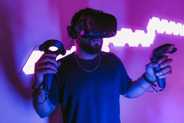 Человек в шлеме виртуальной реальности