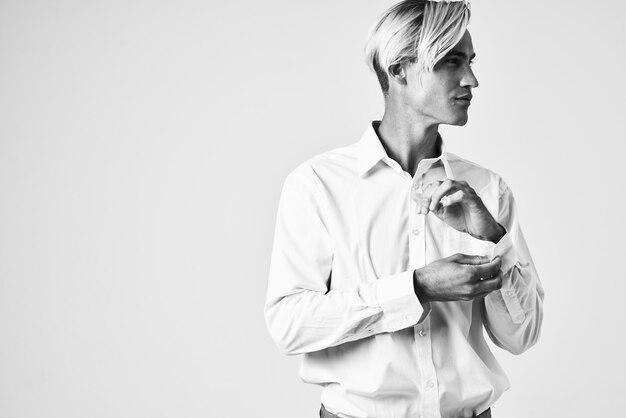 白いシャツの男ファッショナブルな髪型モダンなスタイルの黒と白の写真