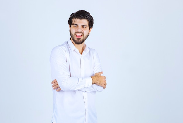 ニュートラルなポーズを与える白いシャツを着た男