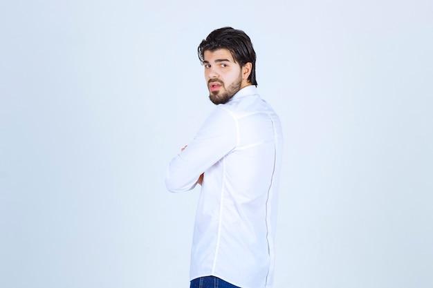 Мужчина в белой рубашке делает нейтральные позы