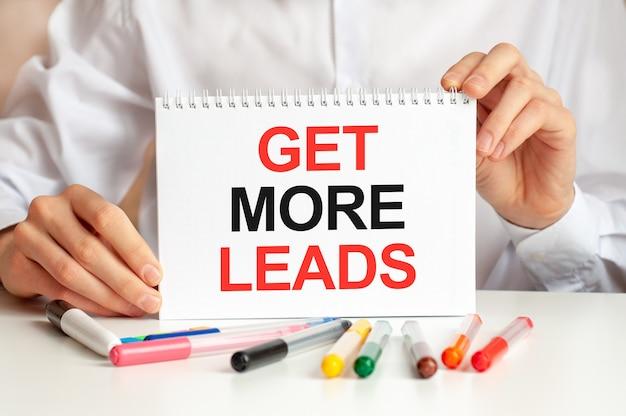 Человек в белой рубашке держит листок с текстом, чтобы получить больше зацепок. бизнес-концепция и образовательная концепция для компаний и учебных заведений.