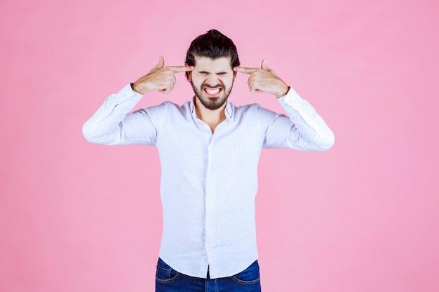 흰색 셔츠에 남자가 생각하거나 사려 깊어 보인다.