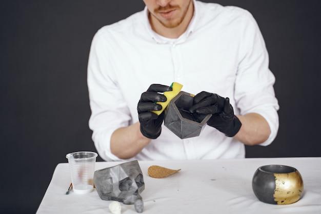 흰 셔츠에 남자는 시멘트와 함께 작동