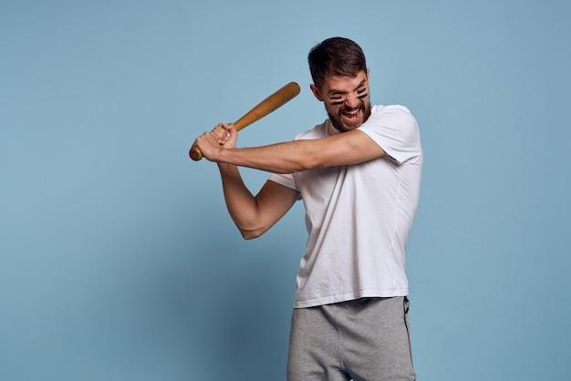 白いtシャツを着た男がスタジオでスポーツに行く