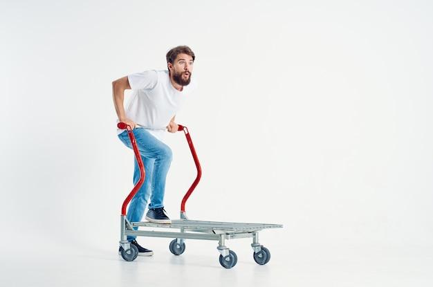 Человек в белой футболке транспорта на светлом фоне коробки. фото высокого качества