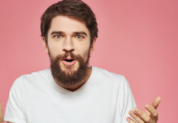 흰색 티셔츠를 입은 남자 표현적인 표정 불만 스튜디오