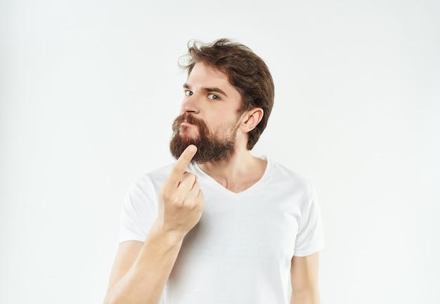白いtシャツの男の手ジェスチャー怒りクローズアップ