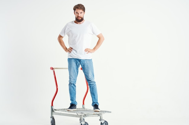 ボックスライトの背景で白いtシャツ輸送の男