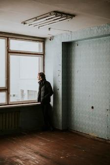 빈 아파트에 있는 남자