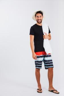 Человек в пляжной одежде с полотенцем