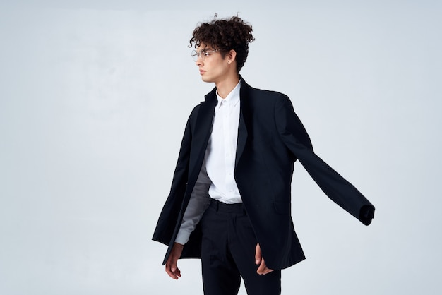 黒のブレザー巻き毛のファッションモダンなスタイルのビジネススーツの男