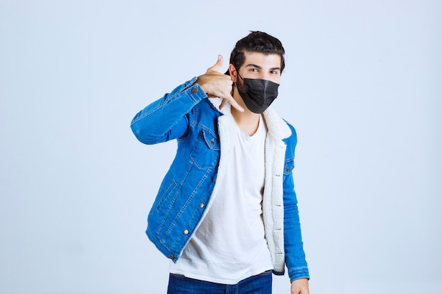 電話を求める黒いマスクの男。