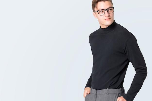 Человек в черной футболке с высоким воротом и дизайнерским пространством