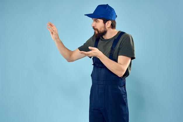 Человек в синей форме кепки работает, предоставляя транспортные услуги.