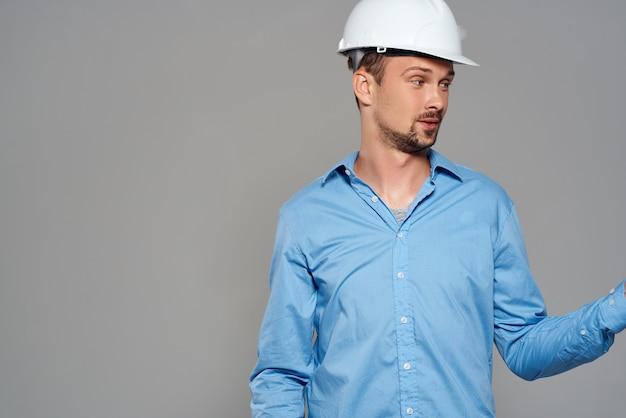 青いシャツエンジニア建設ヘルメット安全作業の男