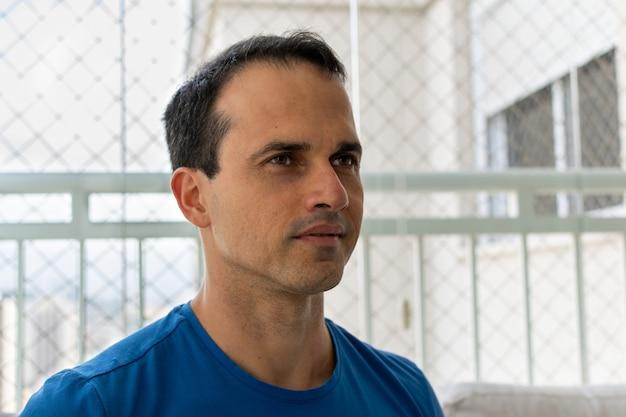 Человек в синей рубашке, глядя на диагональ