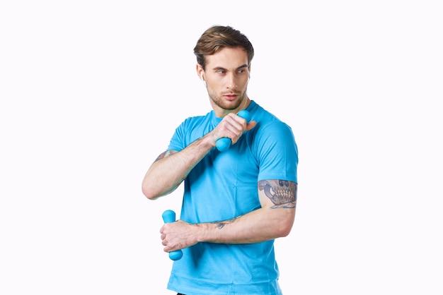 青い t シャツを着た男がワークアウト