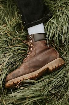 茶色の足首の革のブーツのクローズアップの男