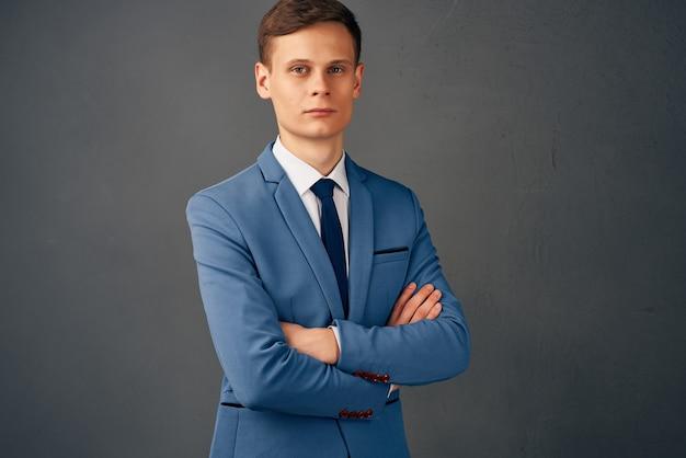 ファッションオフィスのポーズをとるビジネススーツの男