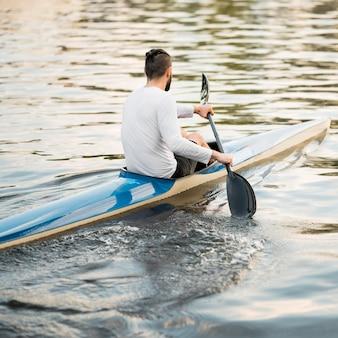 호수에 카누에서 남자