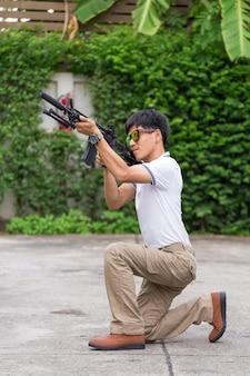 Человек в грузовых штанах с пистолетом