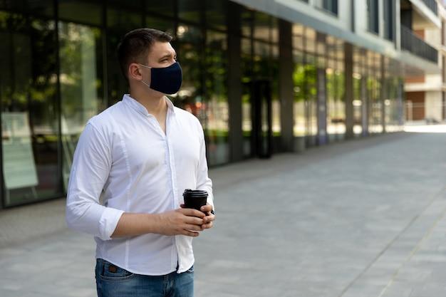 通りに立っているカジュアルな服装の男