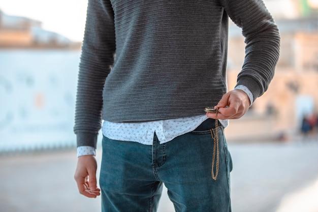 Человек в повседневной одежде и джинсах. фото высокого качества