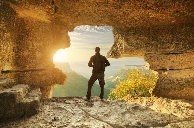 Человек в пещере горы.