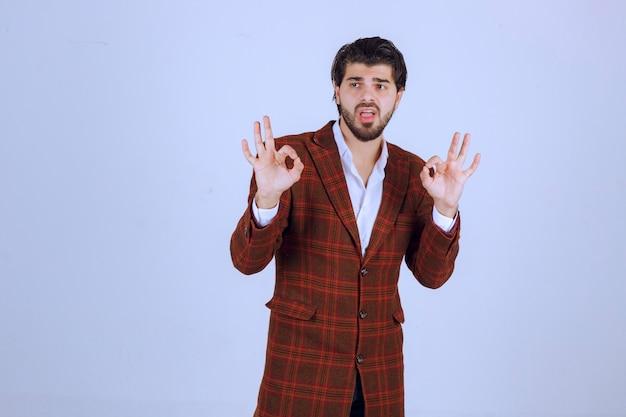 명상 활동을하는 체크 재킷을 입은 남자.