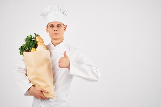 Человек в униформе шеф-повара службы супермаркета доставки еды