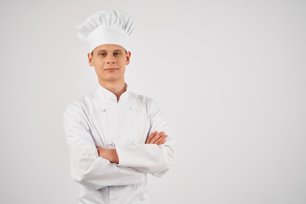 Человек в униформе шеф-повара уверенность в себе профессиональный ресторан светлом фоне