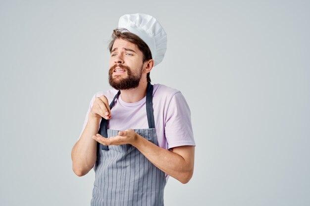 레스토랑에서 요리사 옷 감정 전문 작업에 남자