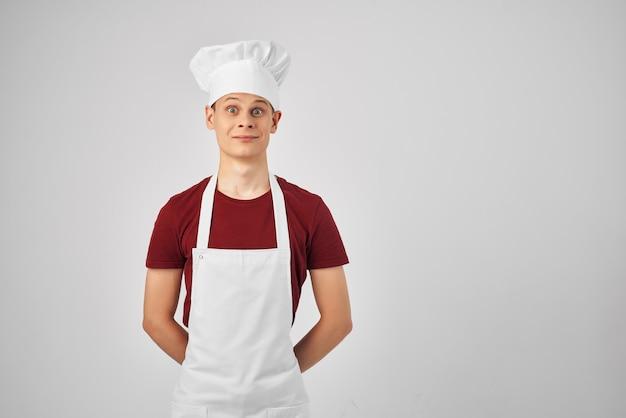 Человек в одежде повара, жестикулирующий его руками, профессиональная работа
